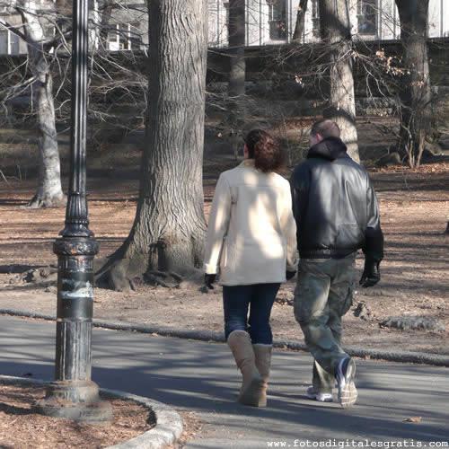 Resultado de imagen de Una pareja caminando hacia su pueblo