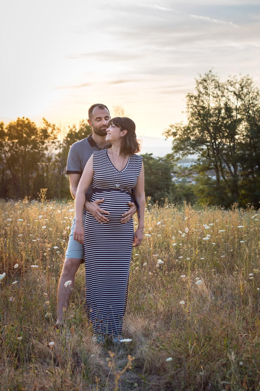 L'heure dorée confère une atmosphère douce et romantique, parfaite pour des photos de couple