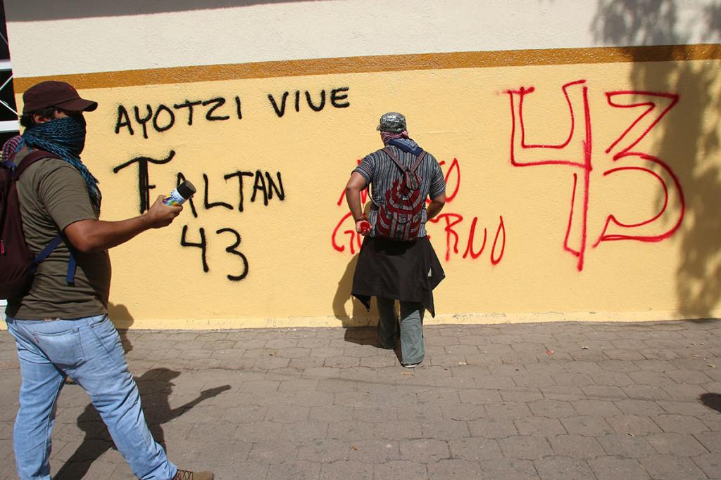 Normalistas destrozan TSJ en Iguala; protestan por destrucción de video sobre los 43