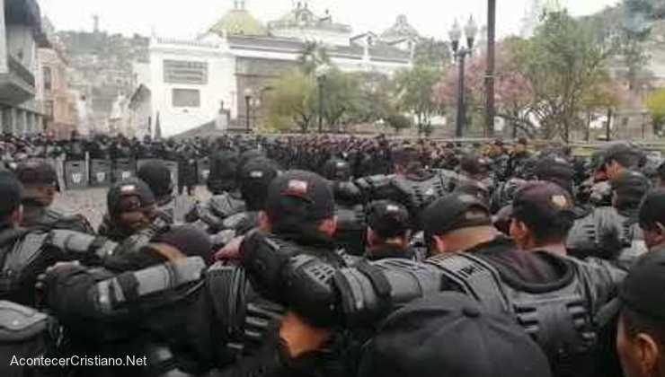 Policías ecuatorianos orando