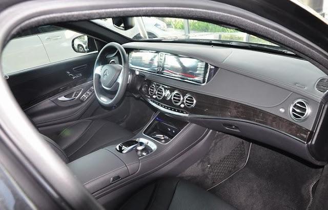 Bảng taplo Mercedes S450 L Star 2018 được ốp gỗ Poplar màu Đen với Đồng hồ hiện thị thới gian ở vị trí trung tâm