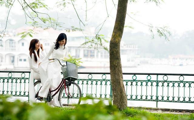 Chicas Vietnamitas montando en bicicleta