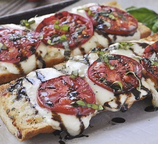 Caprese Garlic Bread #vegetarian #lunch
