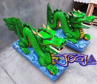 Sepasang patung naga hijau yang dibuat dari batu alam paras jogja / batu putih pesanan untuk Vihara di kalimantan