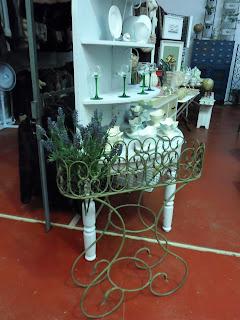 Macetero de metal con flores, desembalaje de cantabria, torrelavega
