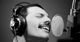 WER KANN SINGEN, WIE DER LEGENDÄRE FREDDIE MERCURY? Das Freddie Meter zeigt dir per KI an, wie nahe du dran bist