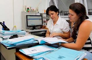 Cláudia Lobo, diretora do Departamento de Licitação, e Laís Larcher, assessora jurídica, trabalham para agilizar processos licitatórios