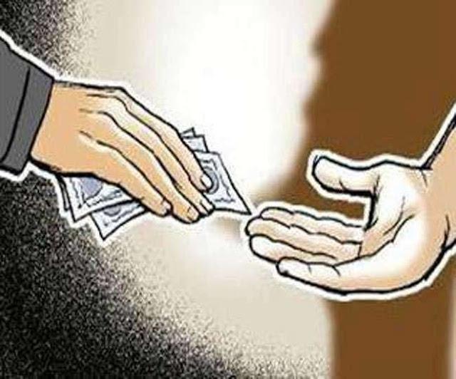 खंड शिक्षा अधिकारी पर आधार कार्ड बनाने के लिए 400-400 रुपये की रिश्वत का आरोप