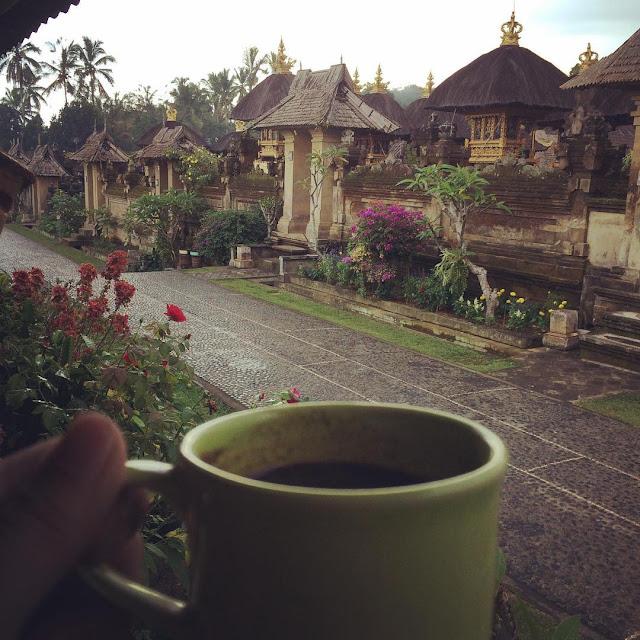 foto minum kopi di desa panglipuran