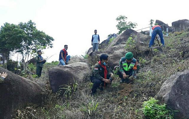 Babinsa bersama MAPALA STAI Natuna Melaksanakan Penghijauan di Desa Selemam