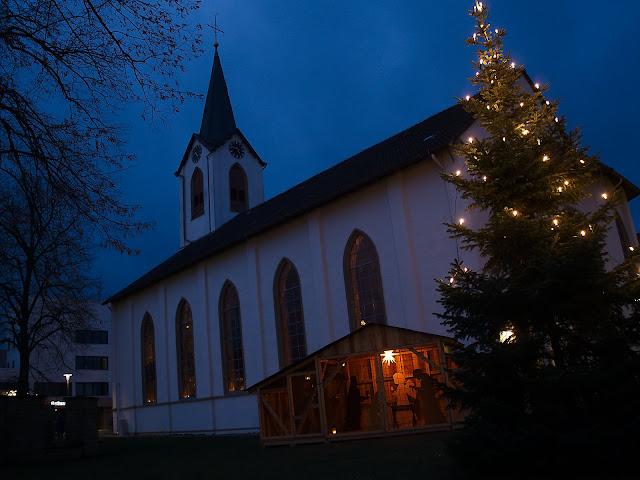 Die evangelische Kirche in Leopoldshöhe. Davor eine Krippe und ein Weihnachtsbaum