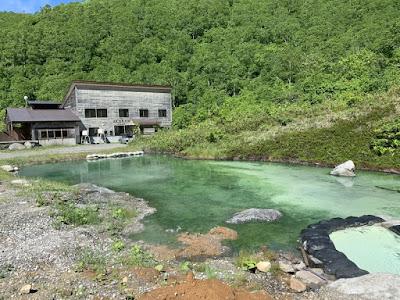 源泉の池と別館