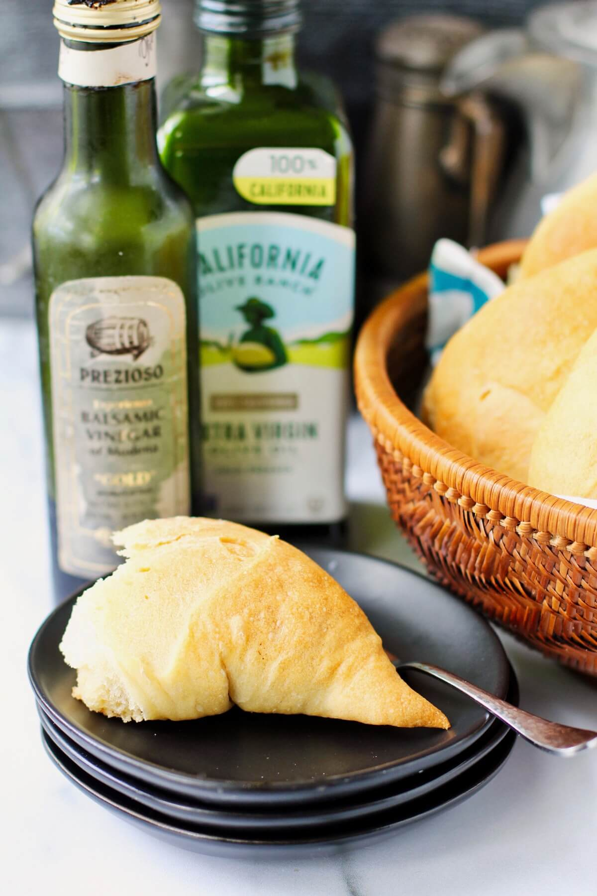 Olive oil wreath bread pieces