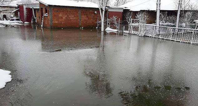 У селу Угљаре код Косовоа Поља, енклава Грачаница, јуче поподне опет се излила река и поплавила околно подручје.