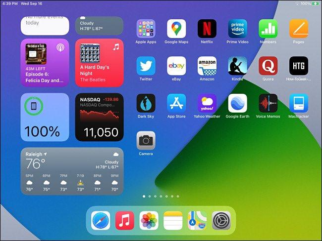 شاشة iPadOS 14 الرئيسية مع أدوات عرض اليوم مرئية.