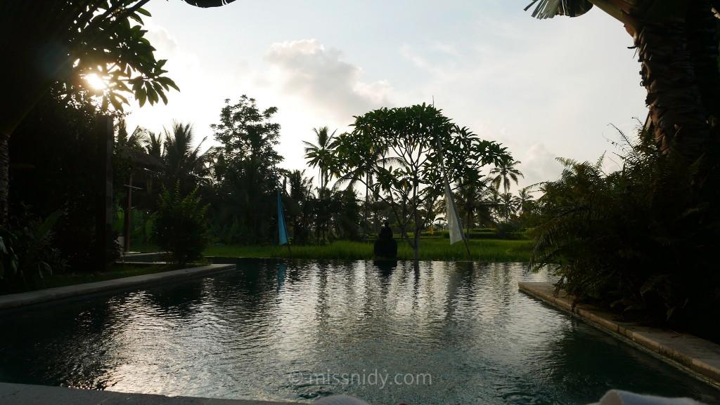 review hotel dengan infinity pool di bali