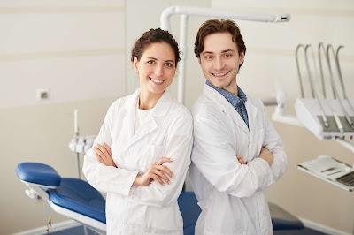 Dentysta pomoże wybrać dla pacjenta to co najlepsze dla jego zdrowia - leczenie kanałowe czy implant
