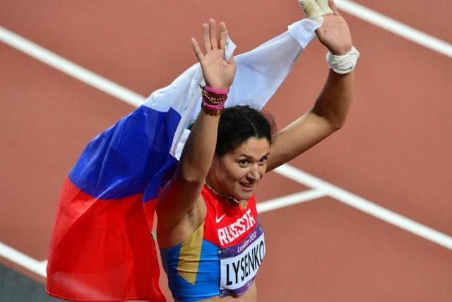 Tatyana Lysenko com a bandeira da Rússia nos Jogos Olímpicos de Londres 2012 antes dela ser suspensa por doping