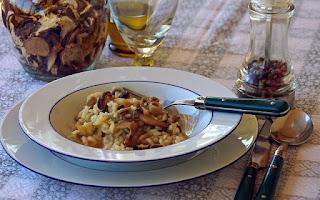 risotto z grzybami na talerzu na nakrytym stole
