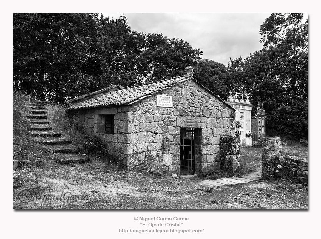 «A Botilla ou Casa do Santo» de A Espenuca dando entrada al Cementerio