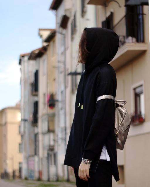 Apuesta por el negro y por prendas deportivas