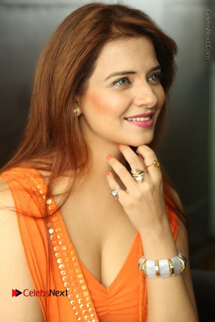 Actress Saloni Aswani Pos in Short Dress at Meelo Evaru Koteeswarudu Movie Interview  0042.JPG