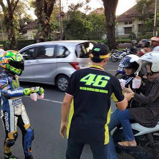 UNIK..!! Rossi KW VR46 Terlihat Lagi Bagi-Bagi Takjil