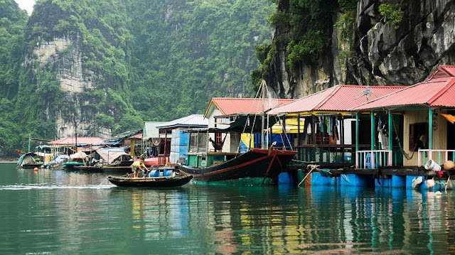 Cua Van Floating Village in Halong Bay among top Beautiful Small Towns on Huffington Post