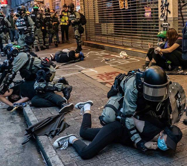 Violência policial cada vez mais acirrada em Hong Kong.