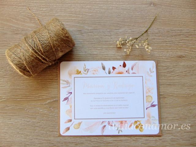 Invitación con diseño otoñal con motivos vegetales de flores secas