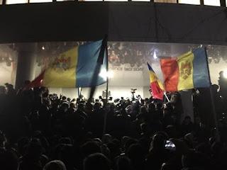 Страх,че Молдова ще се обърне към Москва.В Кишинев завзеха Парламента.