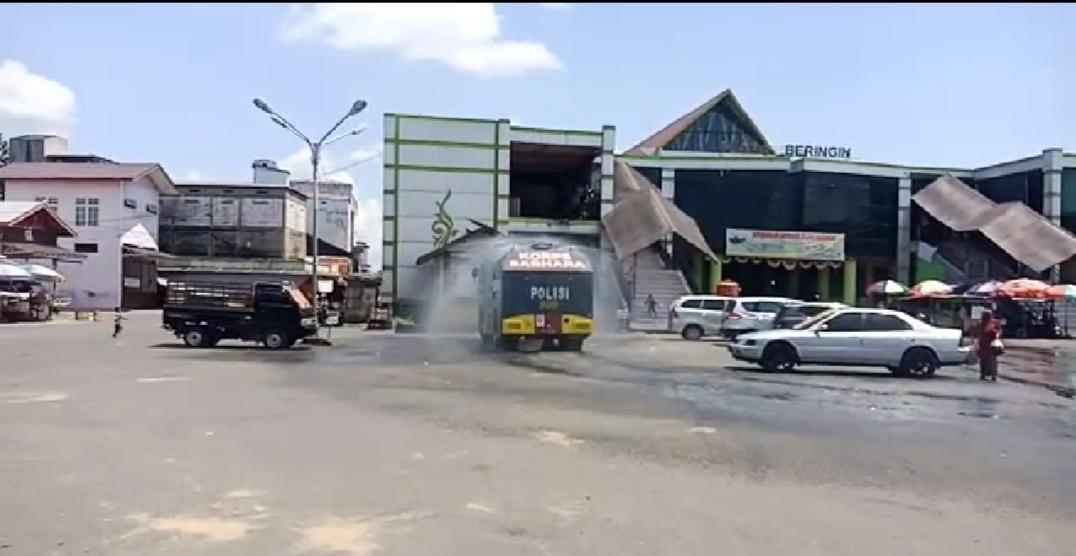 Kerahkan AWC, Satsabhara Polres Barsel Kembali Semprot Disinfektan di Ruas Jalan Kota Buntok
