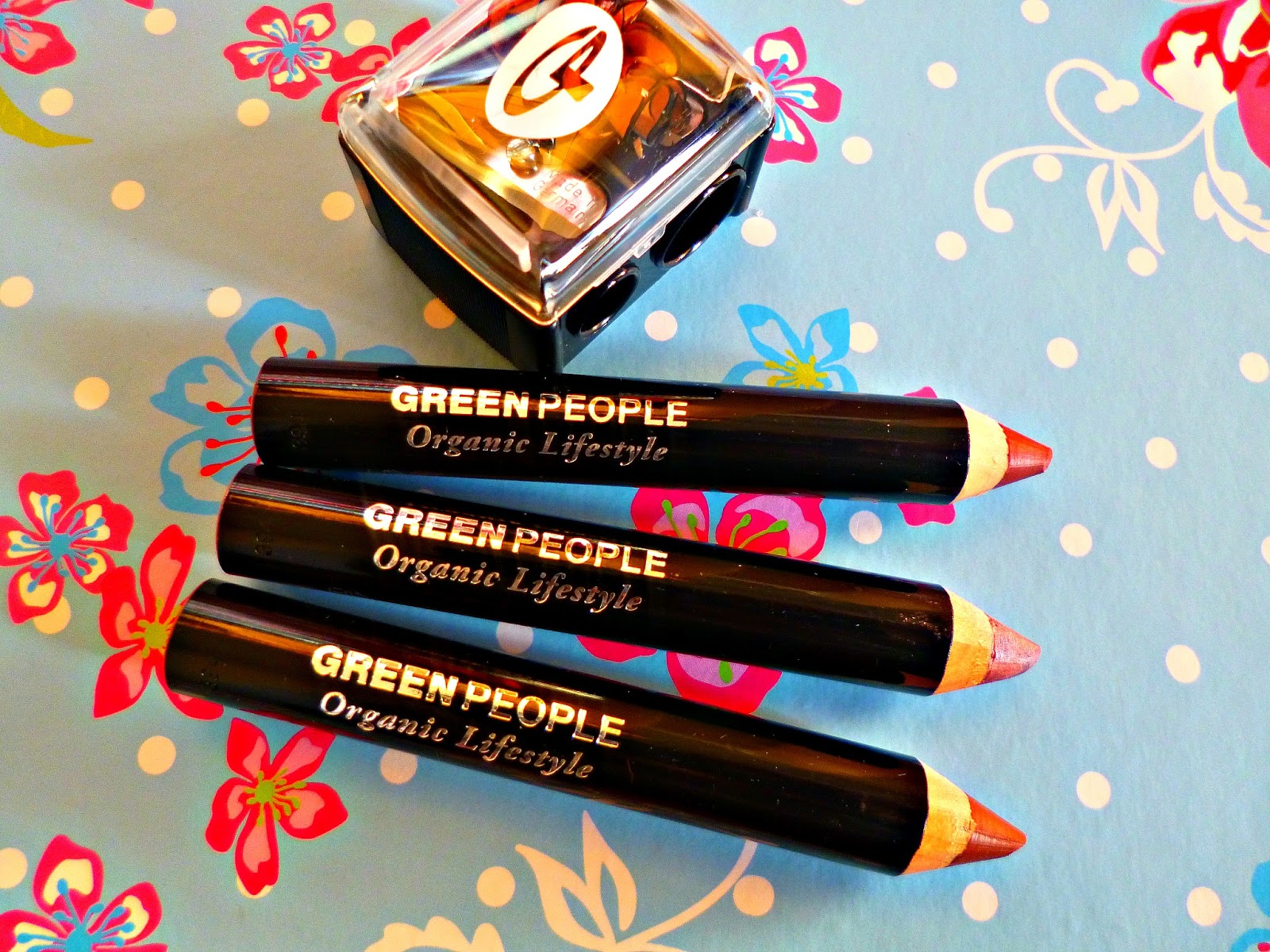 New in: Green People instant definition lip crayons and make up look