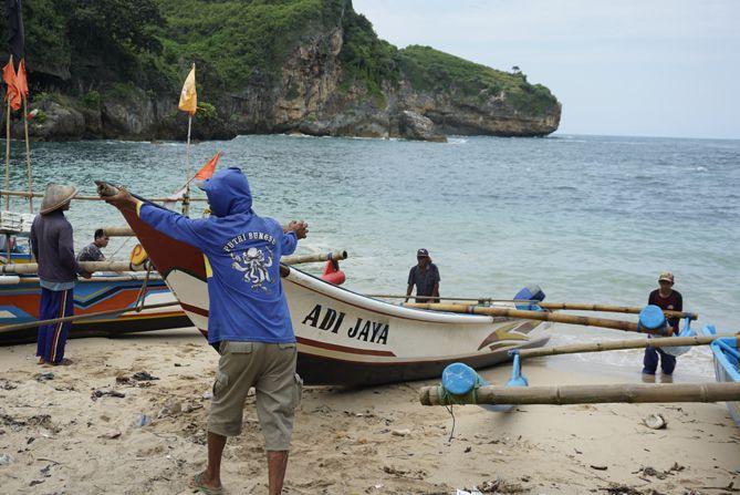 Aktivitas nelayan menjelang sore hari di Pantai Gesing
