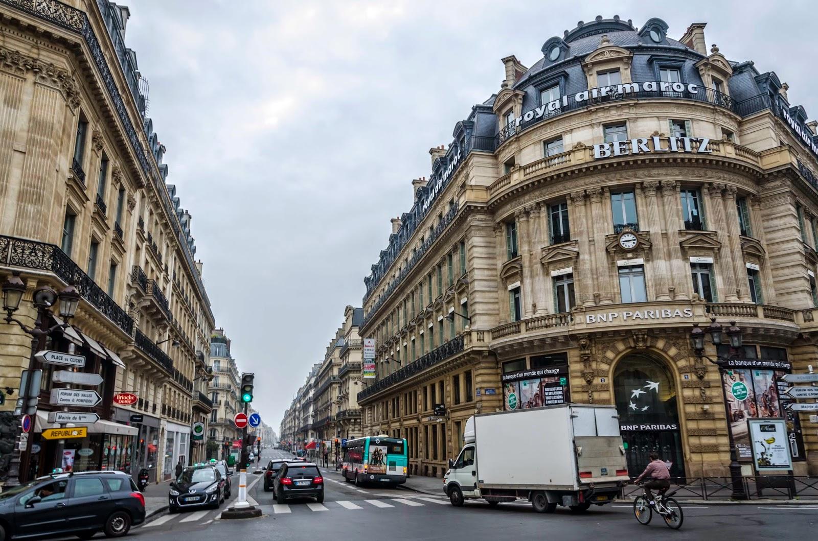 Rua e Prédios em Paris