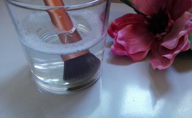 pincel de base a demolhar; lavar pincel de maquilhagem