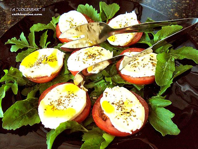 Ensalada de tomate, rúcula y mozzarella con vinagre de frambuesas