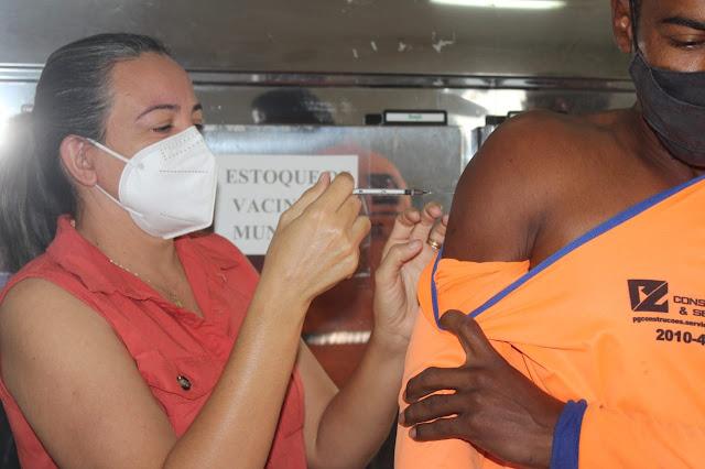 Garis de Caraúbas são vacinados contra a Covid-19