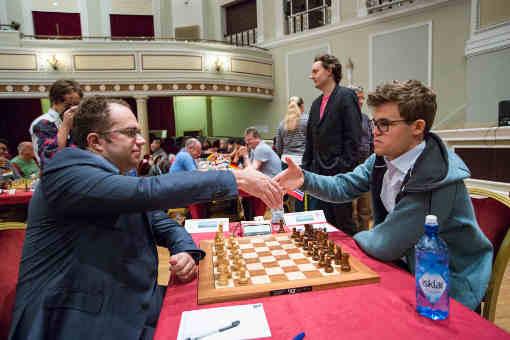 Ronde 6 et table 1, le champion du monde d'échecs norvégien en titre Magnus Carlsen bat avec les Noirs l'Ukrainien Pavel Eljanov - Photo © Maria Emelianova