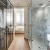 Quarto, closet e banheiro integrados com piso de madeira e mármore carrara!