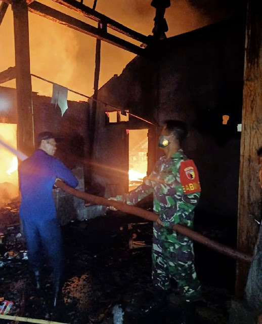 Atasi Kesulitan Rakyat, Babinsa Posramil Pitu Bantu Padamkan Api Rumah Warga Yang Kebakaran