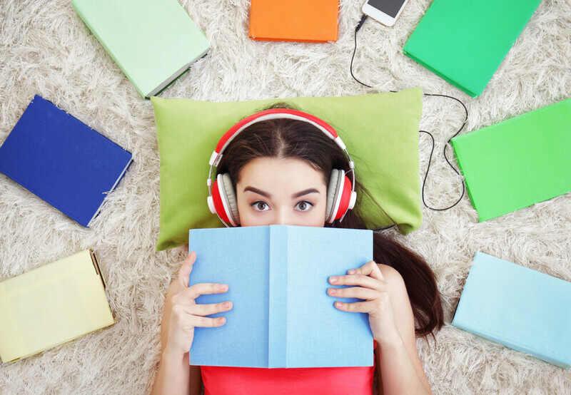 Muitos alunos têm dúvidas se ouvir música durante os estudos pode melhorar o desempenho. De acordo com um estudo da Universidade de Caen, na França, estudar ouvindo música favorece a concentração do estudante.