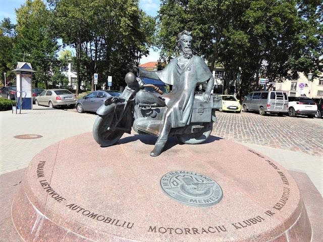 scultura motociclista a klaipeda