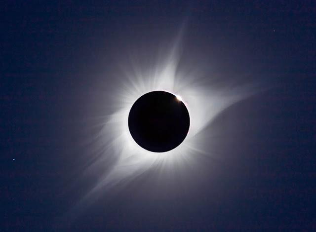 Mặt Trăng che khuất Mặt Trời trên bầu trời trong sự kiện Đại Nhật thực Hoa Kỳ vào ngày 21 tháng 8 năm 2017. Khi quan sát Nhật thực toàn phần, bạn sẽ dễ dàng thấy được nhật hoa của Mặt Trời tỏa ra xung quanh. Các nhà thiên văn vẫn không biết tại sao khu vực này có nhiệt độ lên đến hàng triệu độ, trong khi bề mặt của Mặt Trời chỉ vào khoảng vài ngàn độ. Hình ảnh: Alan Dyer/amazingsky.com.