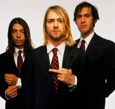 Foto de integrantes de Kurt Cobain con terno