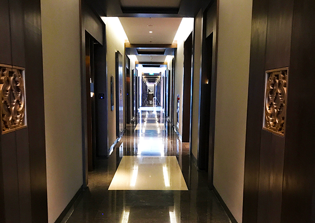 Lorong hotel yang dilengkapi pemasangan instalasi dengan baik