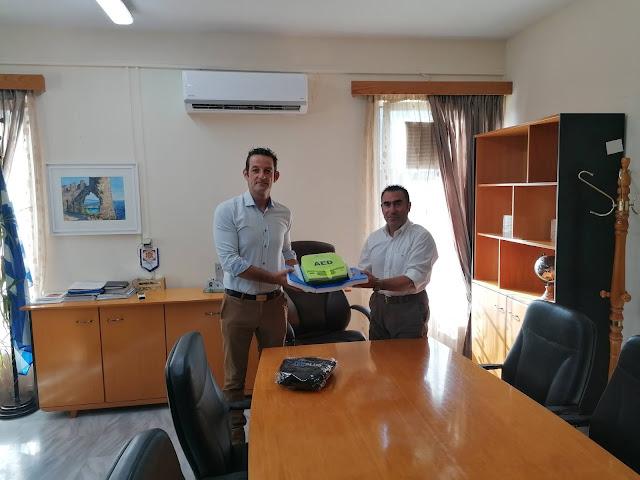 χρηματοδότησαν και εξουσιοδότησαν τον Πρόεδρο της ΤΚ Σταυροχωρίου κ. Γκότση να προμηθευτεί και να παραδώσει στον Δήμαρχο Πάργας κ. Ζαχαριά ένα σύγχρονο απινιδωτή τύπου ZOLL AED PLUS SEMI που θα τοποθετηθεί την πλατεία του χωριού.