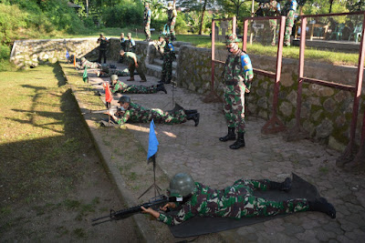 Prajurit Korem 162/WB Latihan Menembak Senjata Ringan