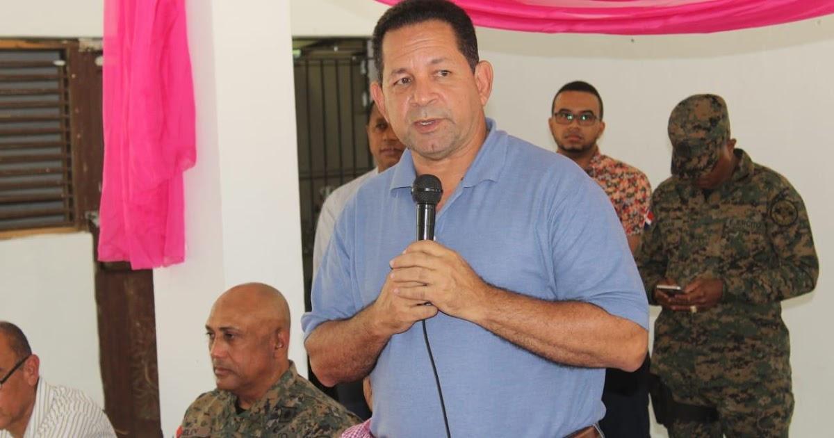 Director de Desarrollo Fronterizo, Gobernador y autoridades militares se reúnen con comunitarios de Guayubín, Montecristi para atender reclamos