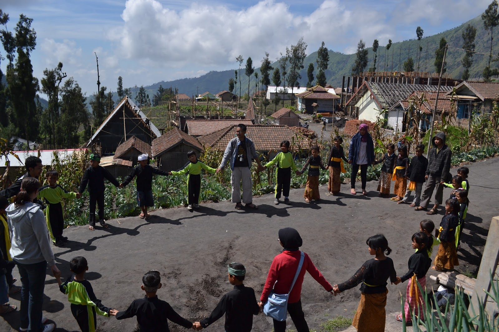 Kegiatan bersama anak-anak Ngadirejo di voluntourism Bromo Book for Mountain